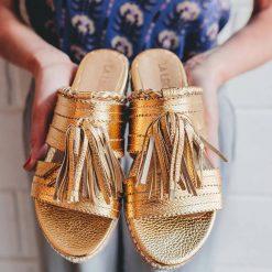 sandalias bajas de cuero dorado con flecos