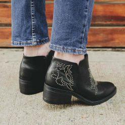 Botas-cortas-de-cuero-negro-para-mujer-con-taco-medio-y-diseño-original-de-tachitas