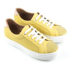 zapatillas urbanas de mujer en cuero grabado amarillo con tachitas y diseño original