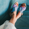 sandalias de mujer bajitas de cuero lila y celeste