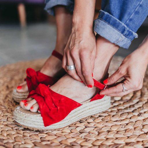 sandalia de cuero gamuzado rojo con plataforma de yute y moño