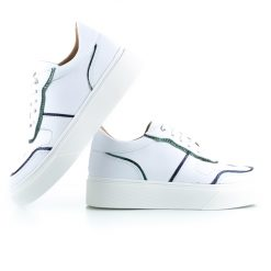 zapatillas blancas de mujer en cuero con detalles metalizados y suela antideslizante