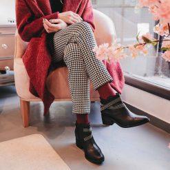 Botas de mujer en cuero negro con taco medio y cintos de tachitas al tobillo