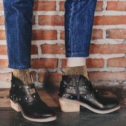 Botas-de-cuero-negro-graneado-con-escote-y-cintos-tipo-texanas-con-tachitas-niqueladas