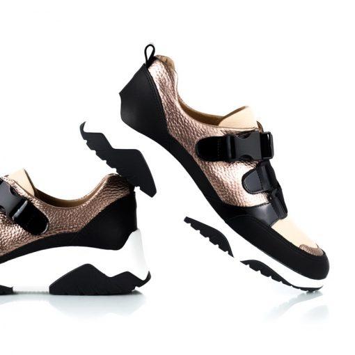 Detalle de zapatillas urbanas de mujer color cobre en mix de cueros graneado y charol con suela antideslizante de goma y ajuste con elástico.