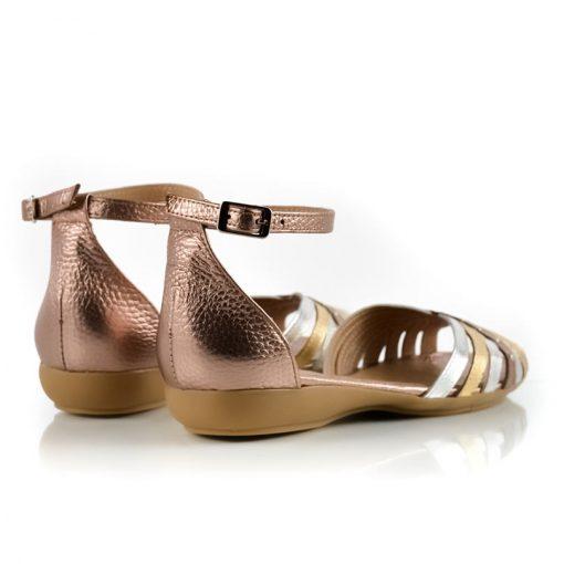 sandalias chatitas con pulsera al tobillo en cuero metalizado beige, cobre y platino