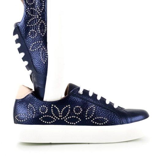 zapatillas urbanas de mujer en cuero azul con tachitas