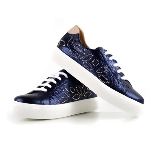 zapatillas a la moda para mujer en cuero azul con tachitas