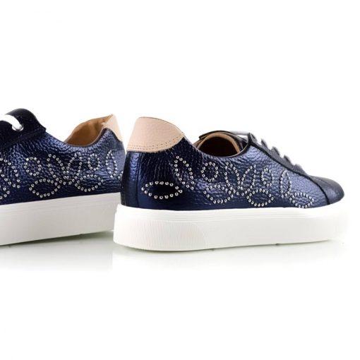 zapatillas de mujer en cuero azul con tachitas tendencia