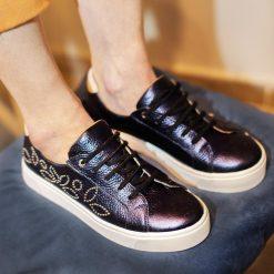 zapatillas de mujer urbanas y de vestir en cuero metalizado con diseño de tachitas niqueladas