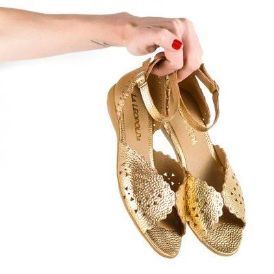 sandalias chatitas de mujer en cuero dorado calado con diseño original